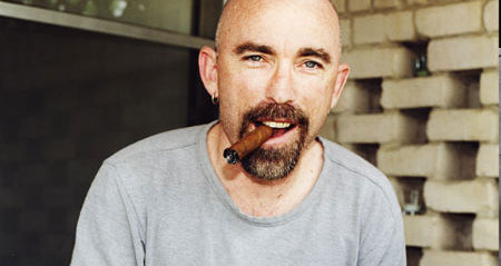 Jackie Earle Haley firar med en cigarr.