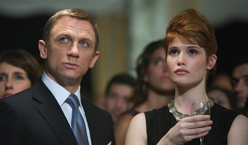 Daniel Craig som James Bond och Gemma Arterton Agent Fields